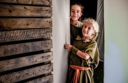 Deux jeunes costumés découvrant un décor des balades contées