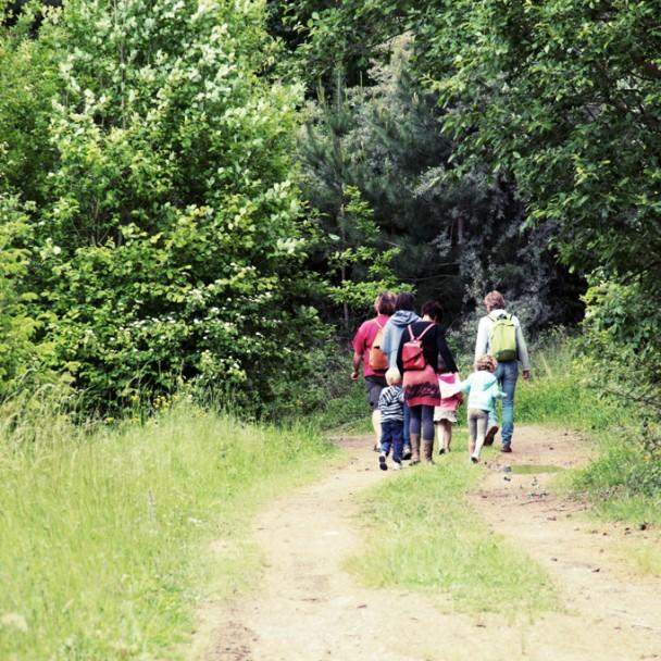 Promeneurs en pleine découverte de la promenade de la Pierre partant du château de Moha