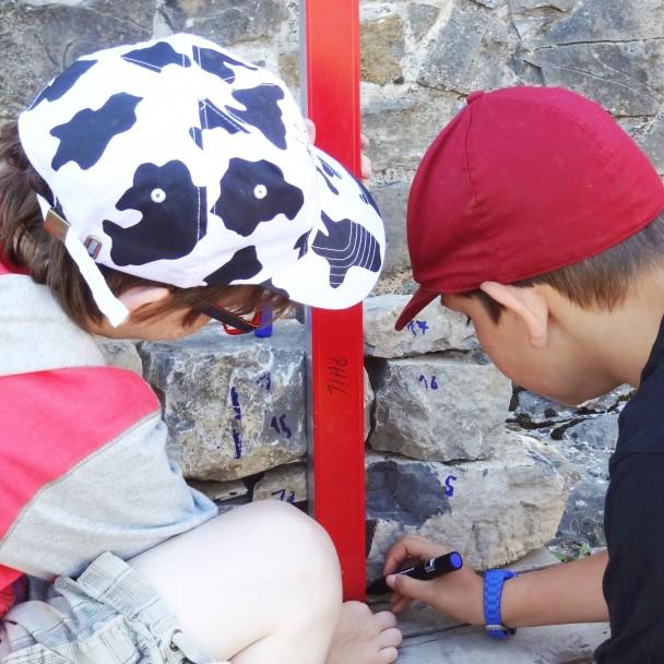 Deux garçons prêtant main forte lors des travaux de rénovation du château de Moha