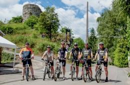 Une équipe de cyclistes s'apprêtant à partir sur le Ravel, au pied du château de Moha