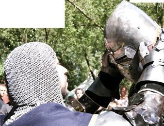 Un chevalier prêtant main forte à un autre... pour mettre son casque.