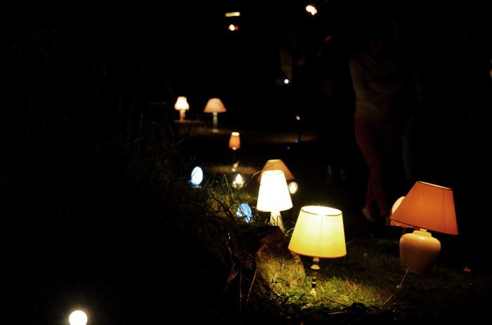 Un chemin illuminé par des dizaines de lampes de chevet, poussant tels des champignons