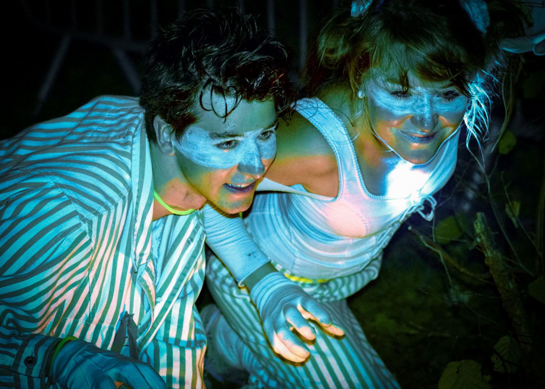 De jeunes conteurs déguisés dans l'obscurité de la nuit