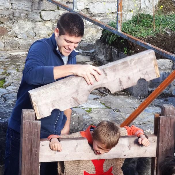 Un animateur et son groupe jouant dans les ruines du château de Moha