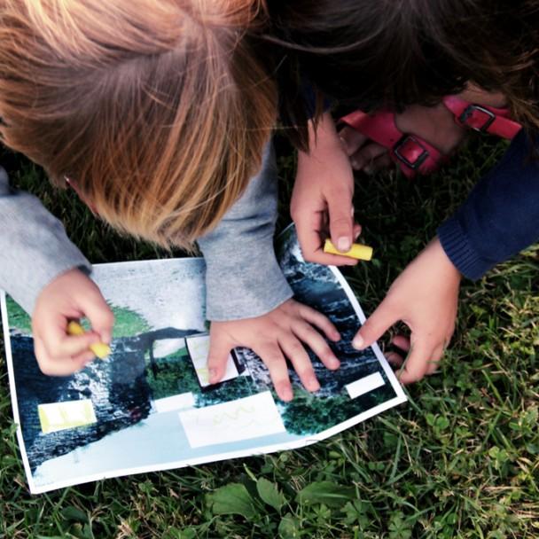 Deux enfants lisant une carte du château de Moha