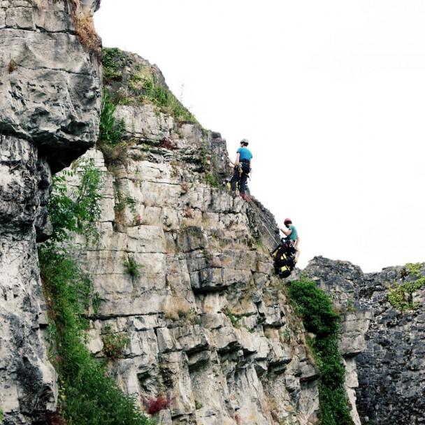Le club alpin préparant les voies d'escalade contre les paroies rocheuses du château de Moha