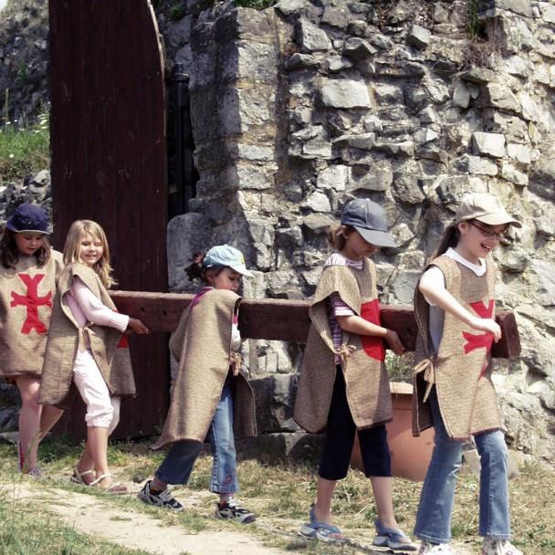 Jeune troupe de chevaliers transportant une poutre pour une animation