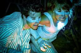 Deux jeunes personnes costumés durant la nuit